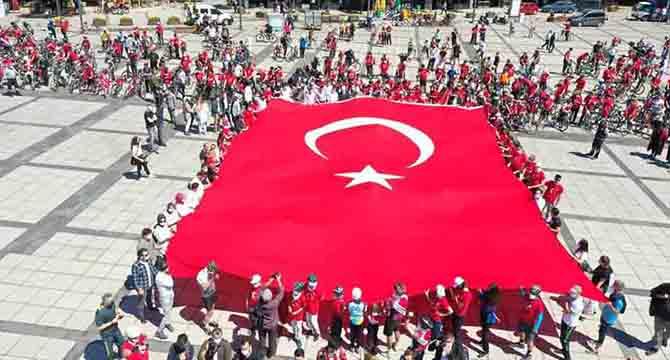 """""""AL BAYRAĞI ASLA İNDİRMEYECEĞİZ"""""""
