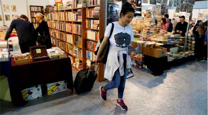 Bir yıl para biriktirdi bavulunu kitap ile doldurdu