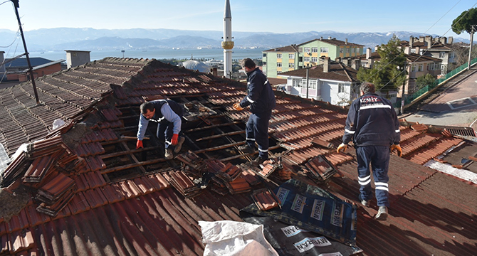 Çatısı yanan vatandaşın imdadına İzmit Belediyesi koştu