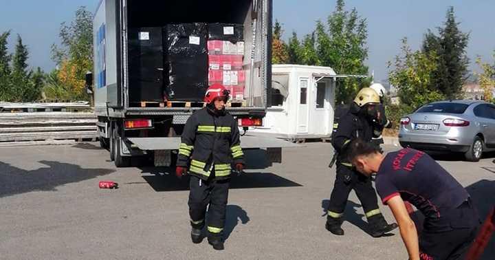 Çayırova'da gıda yüklü kamyon yandı