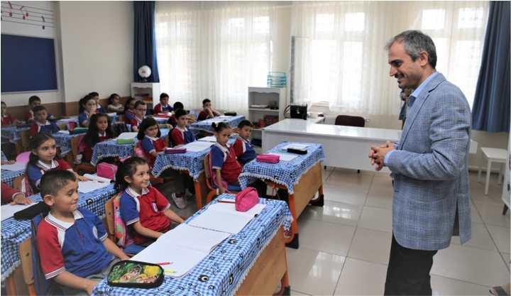 Çiftçi okulları gezdi, öğrencilere nasihat etti