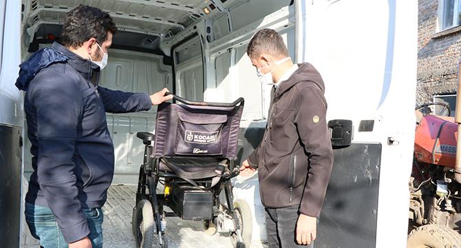 Engellilerin akülü sandalyelerini Büyükşehir tamir ediyor