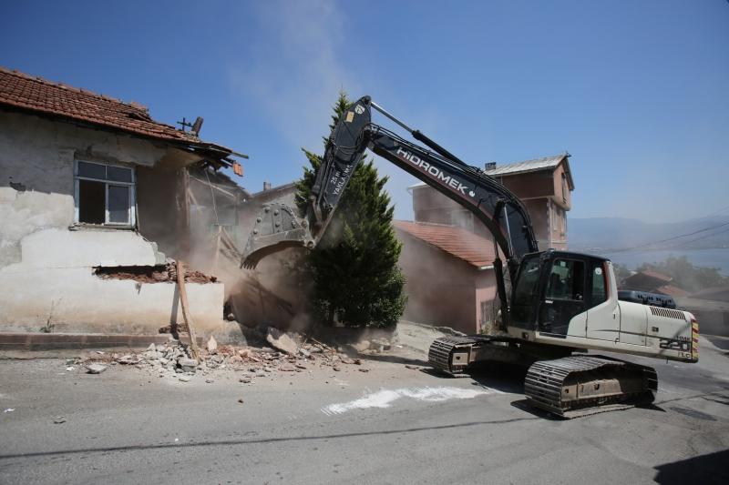 Hasarlı Bina Yıkıldı