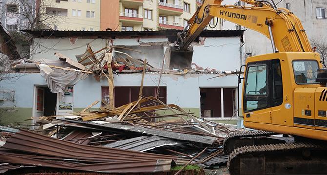 Hasarlı binaların yıkımına devam ediliyor