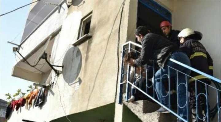 Kafası merdiven korkuluklarına sıkıştı