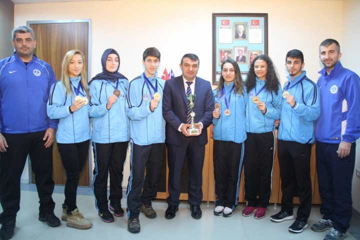 Kağıtsporlu karateciler Bosna'da madalyaları süpürdü