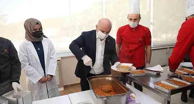 Karantinadaki vatandaşlara sıcak yemek desteği