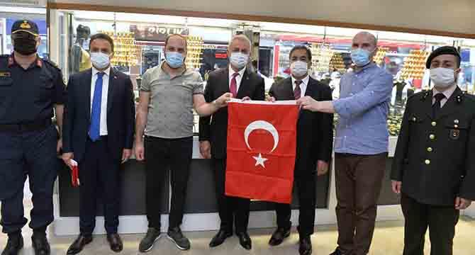 Kaymakam Güler, Türk Bayrağı Hediye Etti