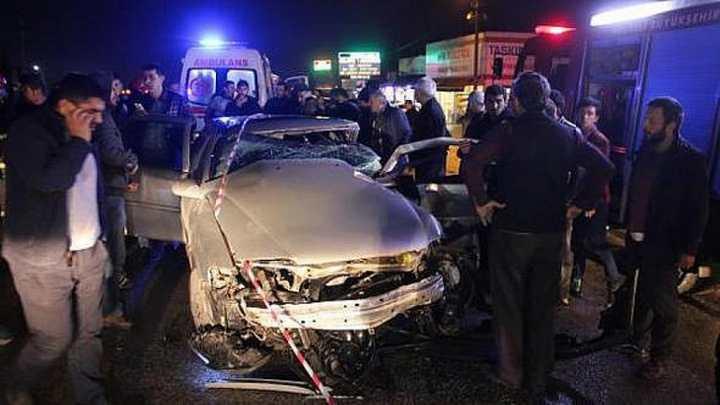 kırmızı ışıkta geçti otomobili biçti:4 yaralı