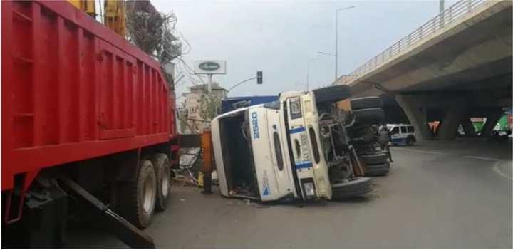Kontrolsüz kamyon devrildi!