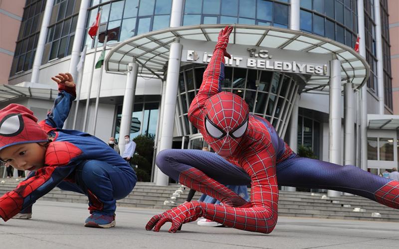 Örümcek Adamlı maske farkındalık etkinliği