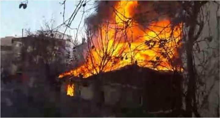 Sobadan çıkan yangın evi küle çeviriyordu