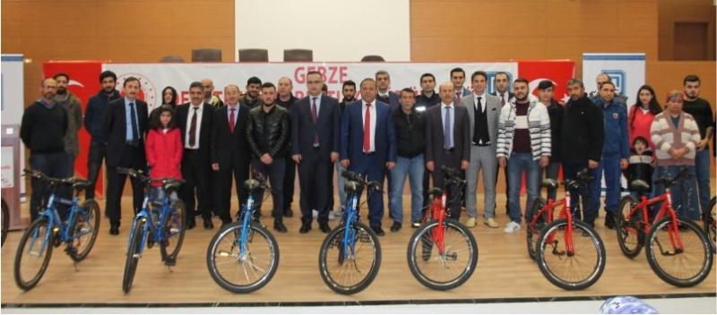 Suça sürüklenen çocuklar için bisiklet dağıtıldı