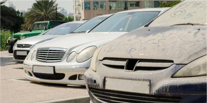Dubai Belediyesi, sokakta bırakılan kirli araçları açık arttırmayla satacak