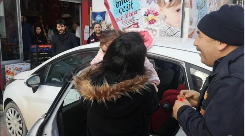 Otomobilde mahsur kalan bebeği  itfaiye ekibi kurtardı