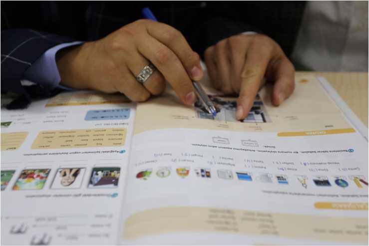 yabancı öğrencilere Türkçe öğretiyor