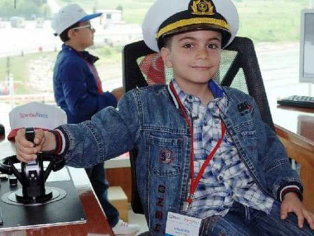 Feribotun kaptan koltuğuna çocuklar oturdu