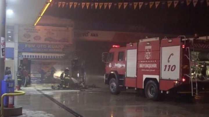 Akaryakıt istasyonundaki iş yeri yandı