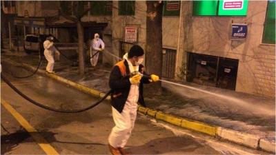 Cadde ve sokaklar sabunlu suyla yıkanıyor