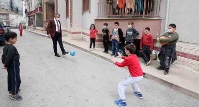 Çocuklarla futbol ve basketbol oynadı