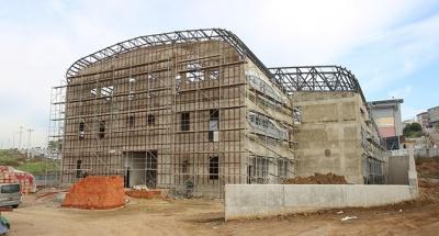 Gebze'deki yüzme havuzunun çatı imalatı sürüyor