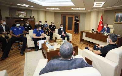 Kağıtsporlu basketbolcular başkan Büyükakın'ı ziyaret etti