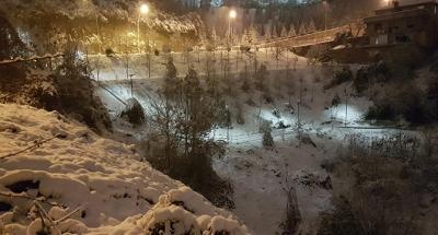 Karlı havada da aydınlatıyor