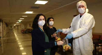 Koronavirüsün öncü savaşçılarına meyve desteği