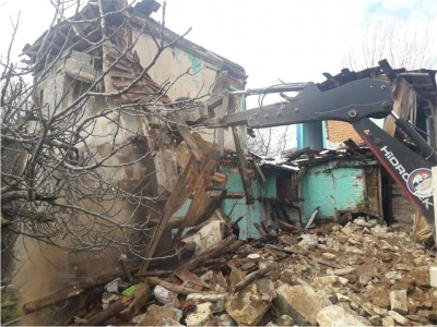 Metruk ve hasarlı binalar yıkılıyor
