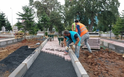 Mezarlıkta bordür ve parke taşı çalışması