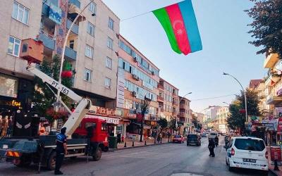 Sokaklarda Azerbaycan bayrakları