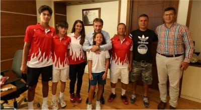 Tenis'in Şampiyonlarından Başkan Demirci'ye Ziyaret